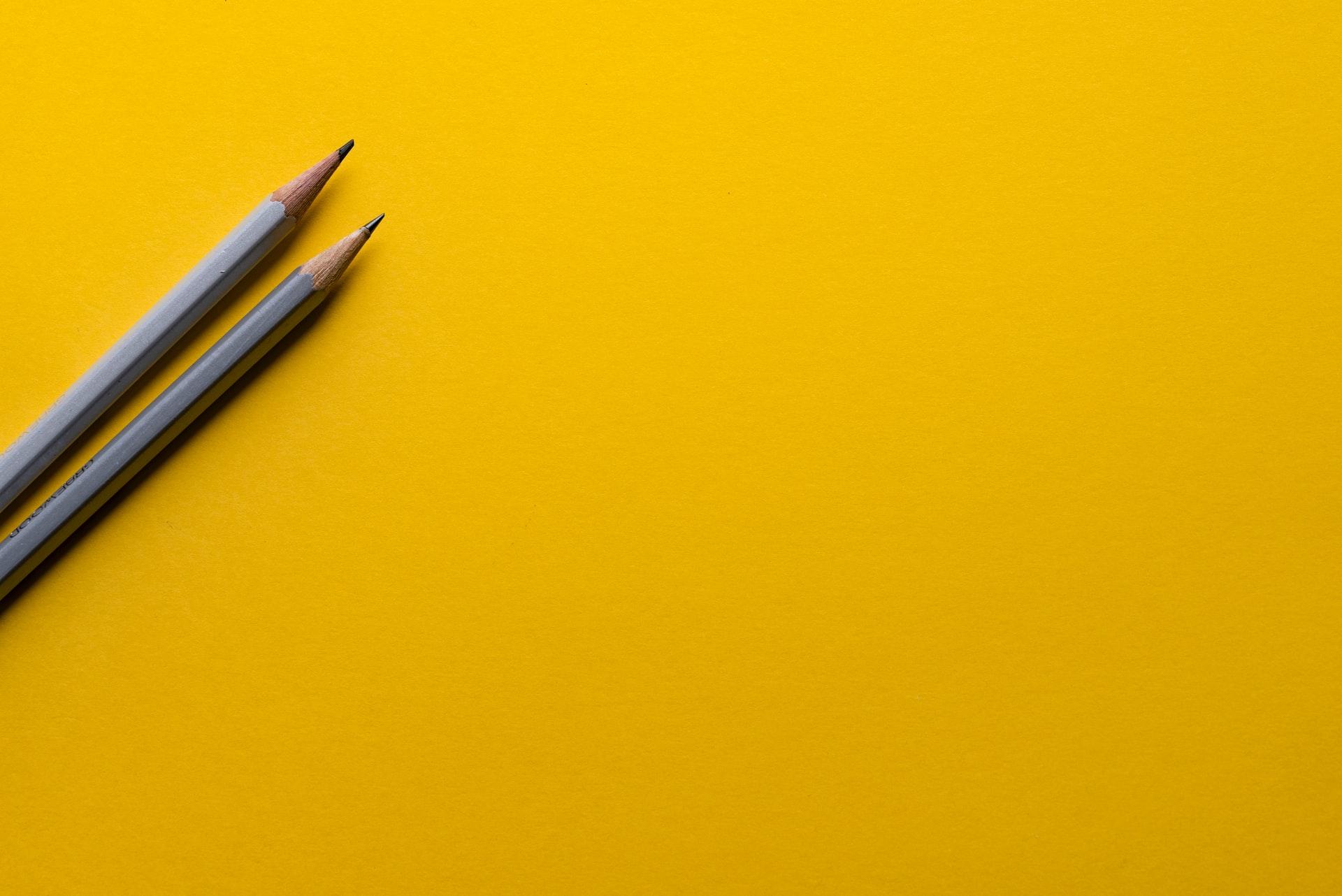 crayon de plond sur fond jaune